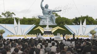 Pomba voa sobre a Estátua da Paz em Nagasaki, durante a cerimônia que lembra os 72 anos do bombardeio à cidade, no 9 de agosto de 2017