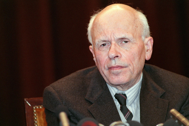 В 1988 г. А.Д. Сахарова впервые выпустили за рубеж. В Париже он дал 9 декабря пресс-конференцию в посольстве СССР (на фото), а 10 встретился с президентом Ф. Миттераном