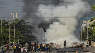 星期二在桥上堵路抗议的缅甸民众