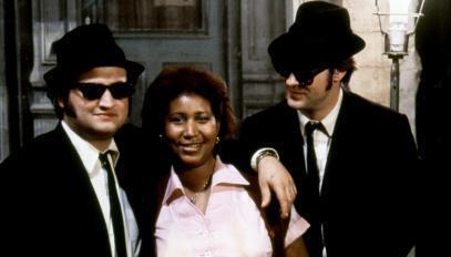 """John Belushi et Dan Aykroyd, aux côtés de la chanteuse américaine Aretha Franklin, pendant la comédie musicale """"The Blues Brothers, de John Landis."""