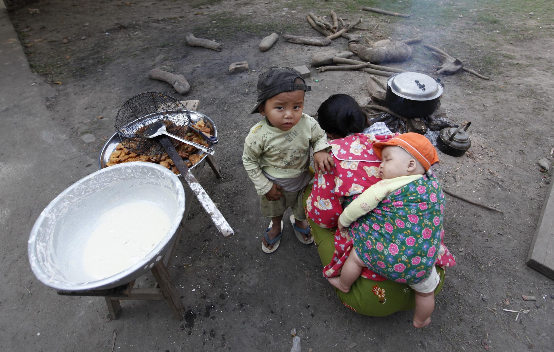 Cảnh sống người  Kachin  trong một  trại tạm cư miền Bắc Miến Điện. Ảnh chụp ngày 22/02/2012.