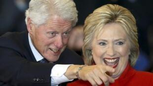 Hillary Clinton celebra su estrecha victoria en el caucus, junto a su esposo, el expresidente Bill Clinton, Des Moines, Iowa, 1° de febrero de 2016.