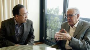 Ban Ki-moon (G), le secrétaire général des Nations unies et Lakhdar Brahimi (D), le médiateur de l'ONU et de Ligue arabe pour la Syrie. Mont Pèlerin, en Suisse, le 2 mars 2013.