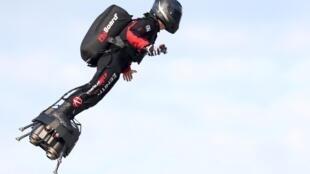 法國發明家弗朗基-紮帕塔(Franky Zapata)2019年8月4日成功地站在飛行滑板上橫越英吉利海峽