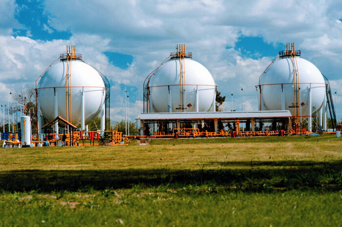 Argentina: las provincias de Santa Cruz y Chubut decidieron quitarle a la petrolera hispano argentina Repsol-YPF concesiones de áreas de explotación con el argumento de que Repsol no cumplió con su programa de inversión.