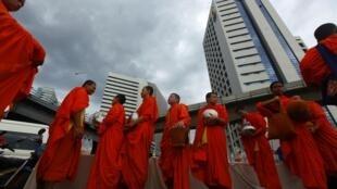 Monges budistas no centro da capital tailandesa.