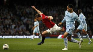 En el clásico de Manchester, el City  derrotó 1-0 al United, el lunes 30 de abril de 2012, y lidera la  Premier League del fútbol inglés.