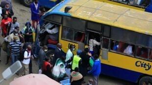 Des passagers s'apprêtent à monter à bord d'un bus de service public à la principale gare routière de Nairobi, le 22 juin 2020. Le Kenya a franchi la barre des 6000 cas de contamination au Covid-19 pour 143 morts.