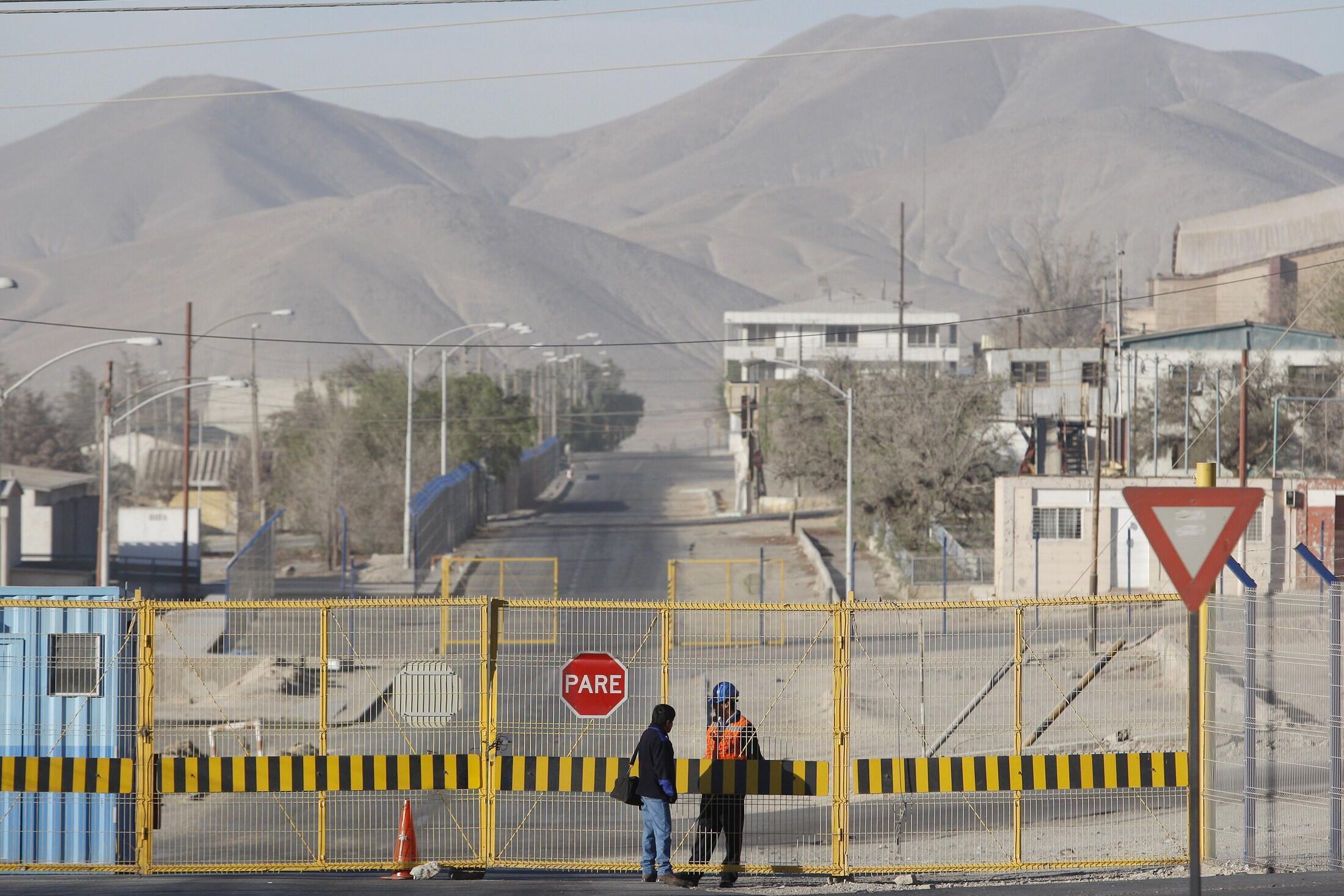 L'entrée du complexe de Chuquicamata, la plus grande mine de cuivre à ciel ouvert au monde, dans le désert d'Atacama au Chili.