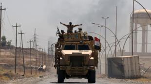 Des membres des forces armées irakiennes sur la route qui mène à Tal Afar le 9 juin 2017.