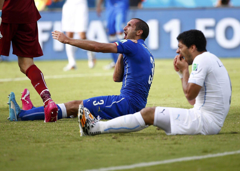 Suárez  baada ya kum'ngata Chiellini