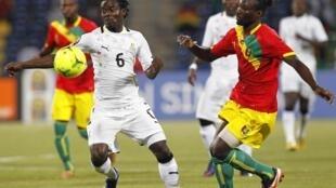 Le Ghanéen Anthony Annan prend le meilleur sur les Guinéens.