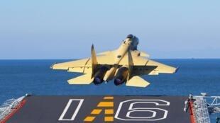 图为歼15战机从辽宁号航母起飞 资料照片