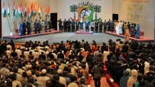 Le président ivoirien Alassane Ouattara (C) et des membres de la Commission  dialogue, vérité et réconciliation observent un moment de silence à Yamoussoukro le 28 septembre 2011.