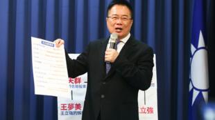 自称是中国间谍的王立强向澳洲媒体披露曾奉命操控台湾选情,又传出国民党副秘书长蔡正元等人试图以威胁利诱方式,要王立强改变说词,包括谎称是遭到民进党收买,放出他是共谍的假消息。蔡正元(图)2020年1月9日召开记者会说明,并公布相关通话录音,做出相关回应。