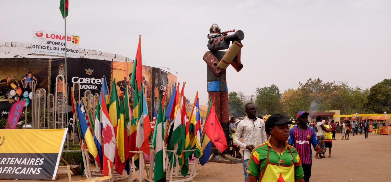 « Le caméraman », sculpture géante sur le terrain du Fespaco.
