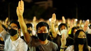 8月10日泰国国立法政大学校园爆发学生示威,要求解散议会,修改宪法,重新选举。
