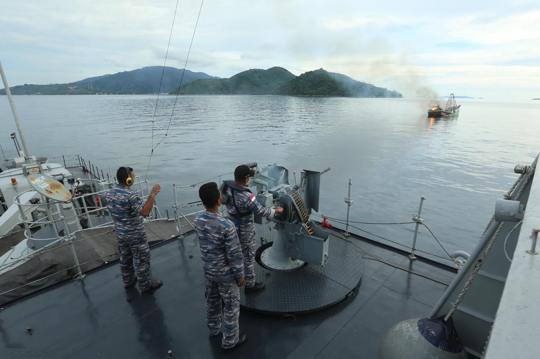 Hải quân Indonesia bắn phá hủy tàu cá Việt Nam bị bắt giữ ngày 05/12/2014 tại vùng đảo Anambas, tỉnh Riau, Indonesia.