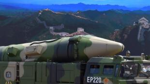 Ảnh minh họa : Hỏa tiễn DF-21D trước bức ảnh Vạn lý trường thành, bày ở Thiên An Môn 3/09/2015.