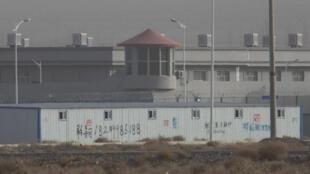 """資料照片,在中國西部新疆地區阿圖什市,警衛塔和帶刺的鐵絲網包圍的一處""""教育培訓中心""""。"""