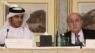 Sheikh Mohammed bin Hamad bin Khalifa Al Thani, de la famille royale du Qatar, et le président de la Fédération internationale de football, Josep Blatter, en novembre 2013.