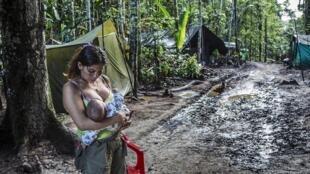 Una ex guerrillera con su hijo, en Guaviare, en el sur de Colombia.