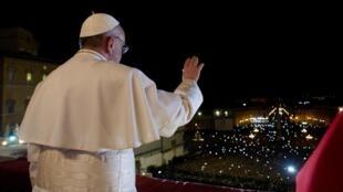 Le pape François salue la foule amassée sur la place Saint-Pierre de Rome, le 13 mars 2013.