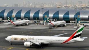 En s'engageant à prendre en charge les frais médicaux de ses voyageurs en cas de contamination au coronavirus, la compagnie Emirates cherche à faire revenir ses clients à bord de ses avions.