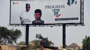 Une affiche de campagne à l'effigie du président sortant Muhammadu Buhari, à Lagos.