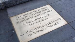 Memorial em homenagem às vítimas dos atentados de 2015, inaugurado em 10/01/16