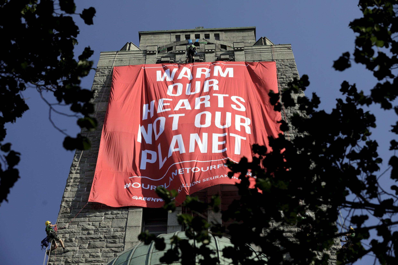 Активисты Greenpeace ко встрече Дональда Трампа и Владимира Путина вывели большой баннер в Хельсинки