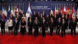Líderes das 20 maiores economias do mundo posam para foto durante o G20, em Cannes.