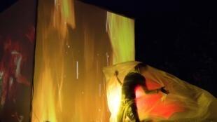 Un membre de la compagnie théâtrale Insectotropics lors de «The Legend of Burning Man» le 22 août 2018 à Aurillac.