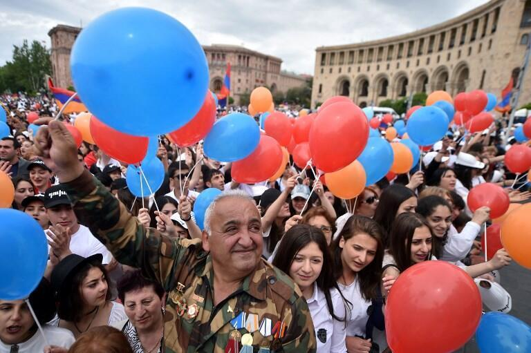 Сторонники Никола Пашиняна на площади Республики в день его избрания премьер-министром Армении, 8 мая 2018 года