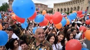 Les partisans de Nikol Pachinian sont déjàa rassemblés ce mardi matin, 8 mai, sur la place de la République alors que le Parlement se réunit dans l'après-midi pour choisir le nouveau Premier ministre.