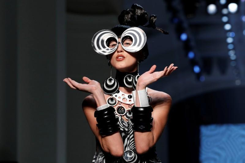 Một kiểu áo Jean Paul Gaultier gợi hứng từ những năm 1960, thời tầm sư học đạo với Cardin