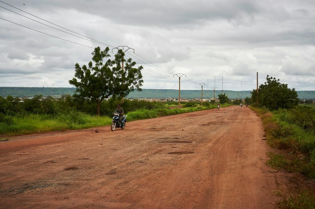Entre Bamako et Kayes, près de Kati, la route est déserte en raison des barrages routiers d'usagers qui protestent contre le mauvais état de la route, le 27 août 2019.