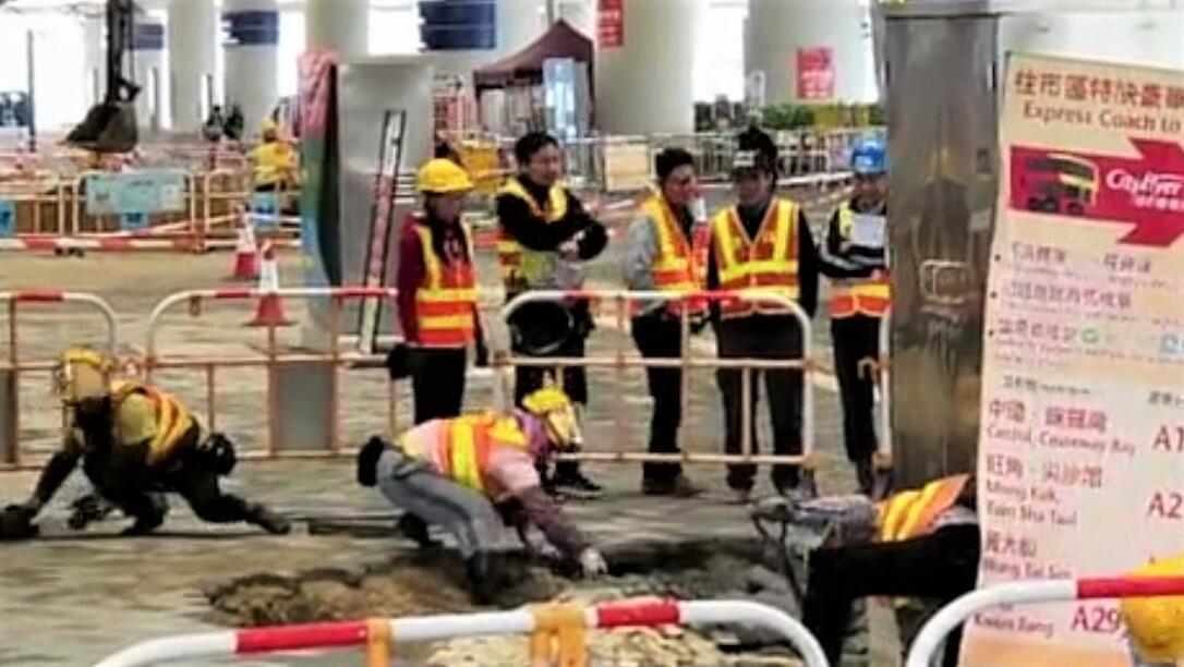 港珠澳大桥通车只有四个月就传出工程事故。