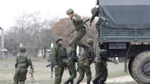 Hombres de servicio rusos desembarcan en la zona del aeropuerto de Belbek, Crimea, el 4 de marzo de 2014