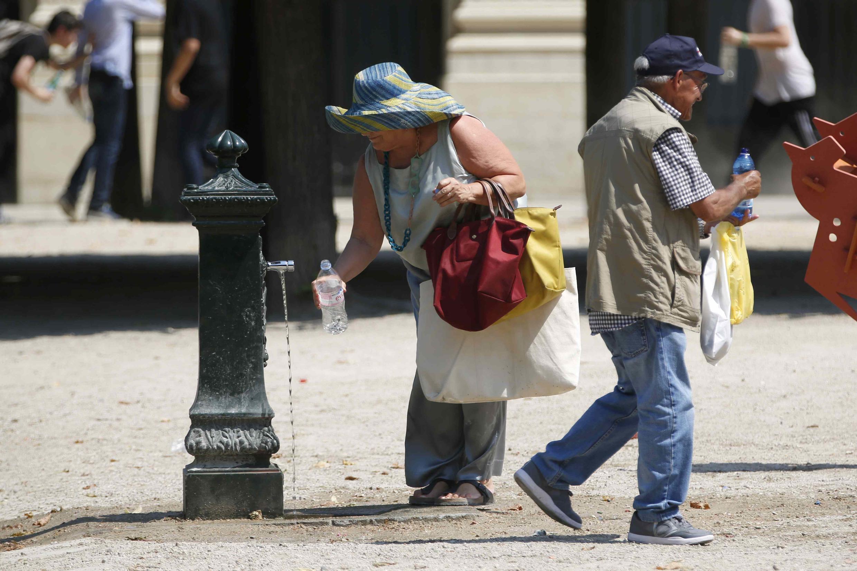 Franceses sofrem com as altas temperaturas que devem se aproximar a 40°C novamente nesta quinta-feira (16).
