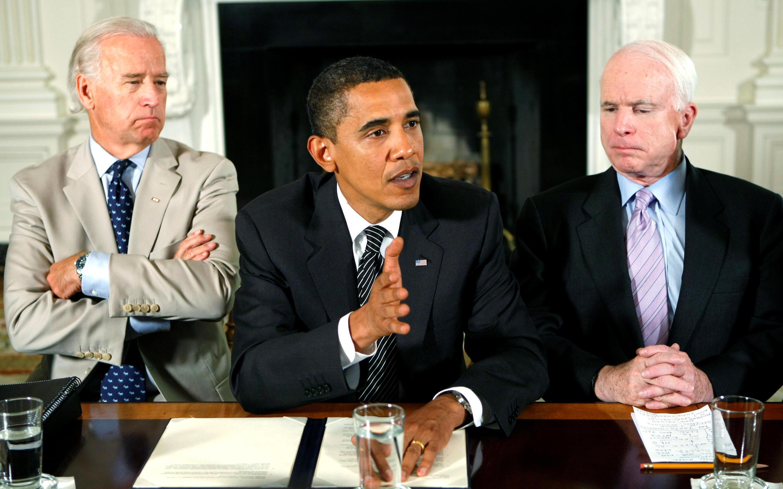 Tổng thống Mỹ Barack Obama phát biểu về cải cách luật nhập cư với nghị sĩ hai đảng tại Nhà Trắng, ngày 25/06/2009. Phó tổng thống Joe Biden (T) và thượng nghị sĩ John McCain (P).