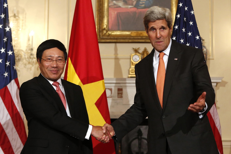 Hai Ngoại trưởng Việt Nam Phạm Bình Minh và Mỹ John Kerry bắt tay nhau tại trụ sở bộ Ngoại giao Hoa Kỳ, Washington, ngày 02/10/2014 - Reuters