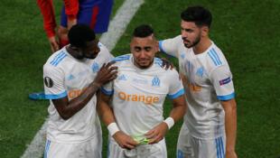 Finale Ligue Europa-Olympique de Marseille vs Atletico Madrid -Dimitri Payet de Marseille est consolé par Andre-Frank Zambo Anguissa et Morgan Sanson alors qu'il quitte le terrain en larmes, blessé.