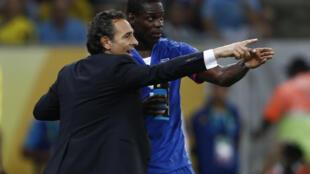Kocin Italiya Cesare Prandelli yana ba Mario Balotelli  darasi a gasar cin kofin zakarun Nahiyoyin duniya a Brazil
