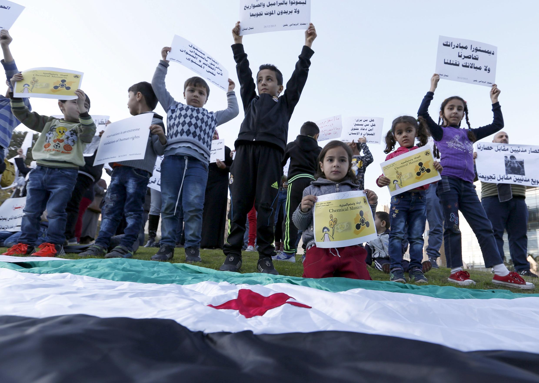 Trẻ em Syria biểu tình trước trụ sở Liên Hiệp Quốc ở Beyrouth, Liban, ngày 26/12/2015, đòi ngưng bao vây thành phố Madaya và Zabadani.