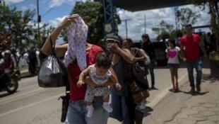 Raia wa Venezuela wakiingia nchini Brazil