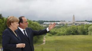 Ангела Меркель и Франсуа Олланд на террасе Верденского мемориала, 29 мая 2016.