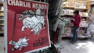 """Новый номер """"Шарли эбдо"""" в киоске в Ницце 25/02/2015"""