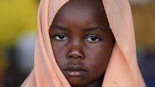 Garota muçulmana em campo de refugiados no Aeroporto Internacional de Mpoko, em Bangui, capital da República Centro-Africana