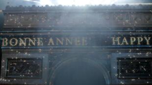 «Bonne Année» s'est affiché au passage à l'an nouveau ce 1er janvier 2015 sur l'Arc de Triomphe.